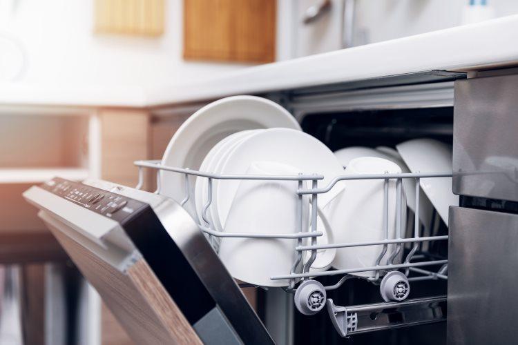 Un lave vaisselle encastrable, comment l'installer ?